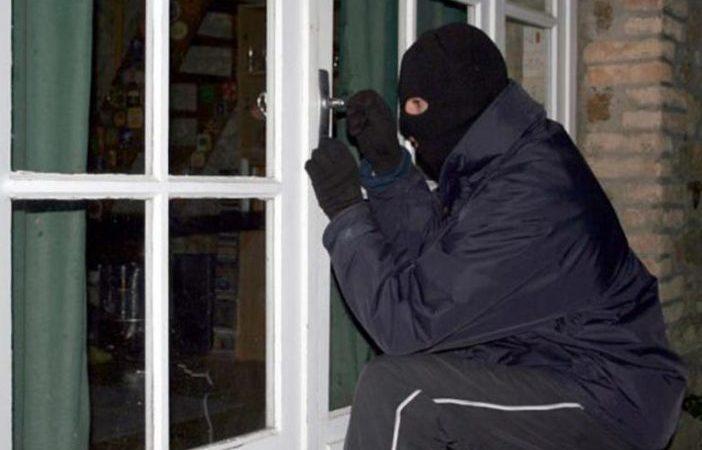 I caktohet masa e paraburgim për grabitësin që plagosi pronarin e shtëpisë në Livoq të Gjilanit