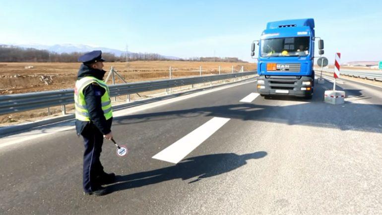Nuk i ndalet policisë, e godet me kamion zyrtarin policor